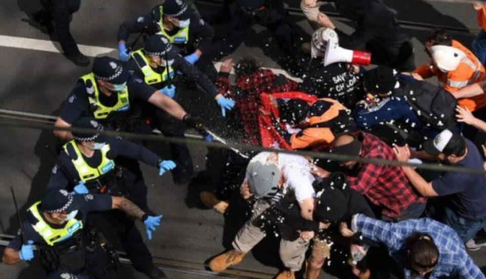 Полицијата во Мелбурн со гумени куршуми за растерување на антиваксерите