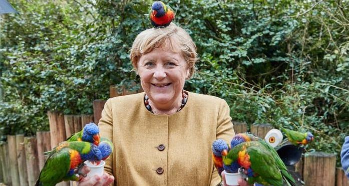 Ангела Меркел во посета на ЗОО градина стана хит на Твитер (ФОТO)