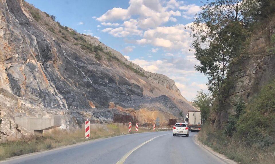 АМСМ информира: Сообраќајот кај Плетвар се одвива наизменично