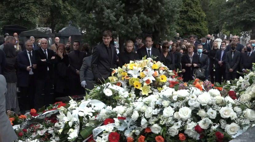 Погребан Дуда Ивковиќ: Цвеќињата потполно го пoкрија гробот, а видена е неверојатно симболика со гулаб (ФОТО+ВИДЕО)