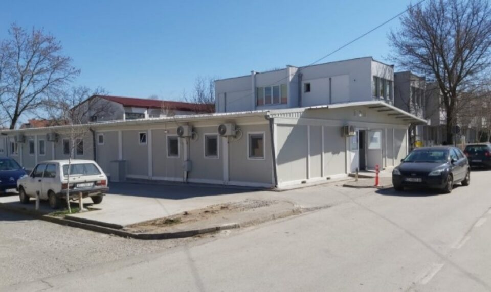 Со хебла се обидел да ја искрши таблата за електрична енергија од модуларната болница во Прилеп – внатре биле хоспитализирани 17 пациенти!