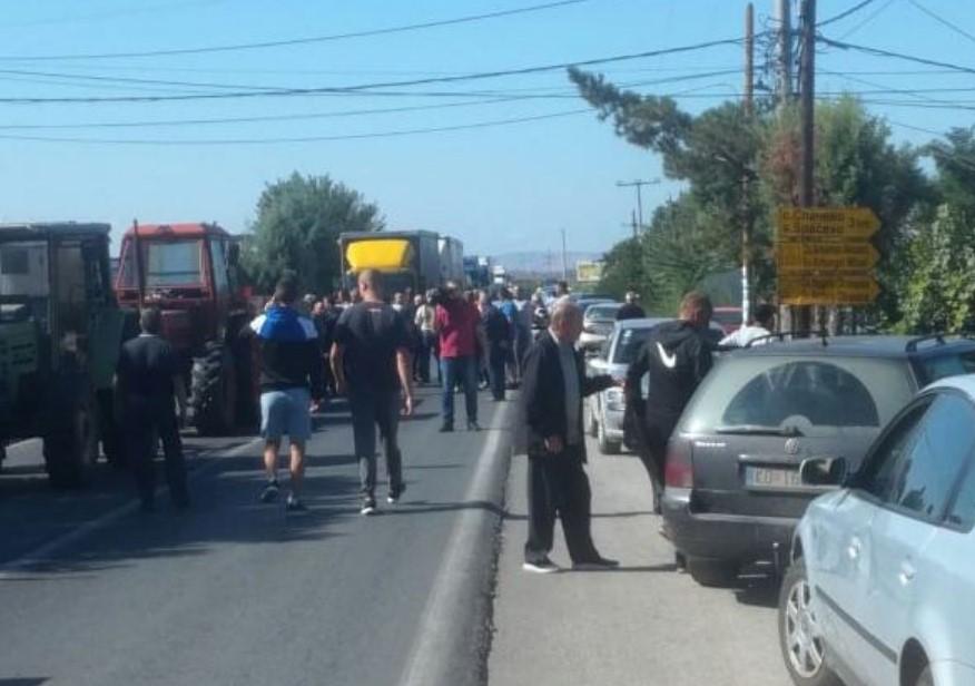 Земјоделците од Кочанско на протест, го блокираа патот Кочани-Штип во Облешево (ВИДЕО)