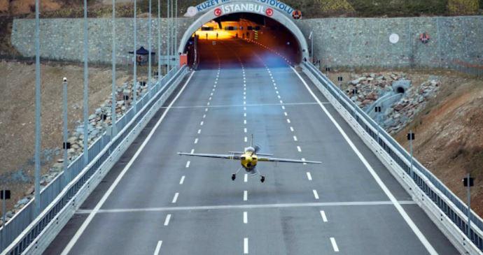 Пилот леташе низ два тунела и постави пет Гинисови рекорди (ВИДЕО)