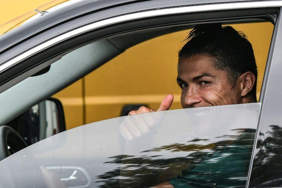 Роналдо со своето Бентли на тренинг, а зад него бодигарди (ФОТО)