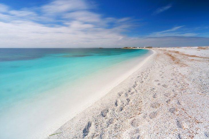 Туристите веќе не смеат да земаат песок како сувенир од плажите во Сардинија, казните се огромни