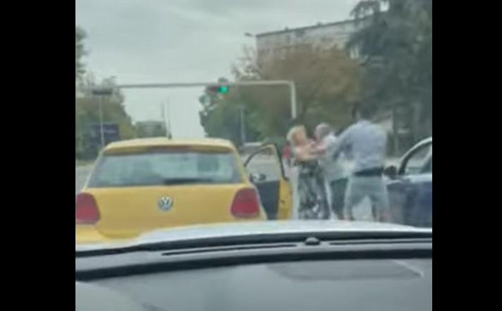 ВИДЕО: Тепачка на улица во Скопје, настрада повозрасна жена