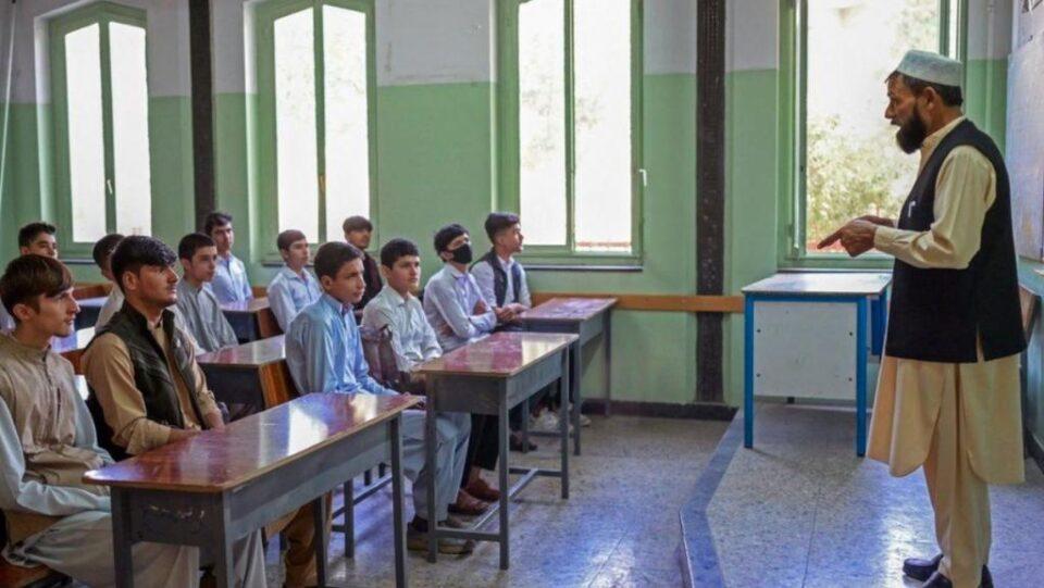 Талибанците ги протераа девојчињата од средните училишта во Авганистан