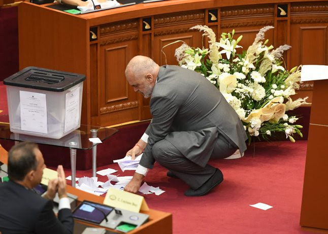 Драма во албанскиот парламент: Избран нов претседател – опозицијата кинеше гласачки ливчиња, Рама ги собираше (ФОТО)