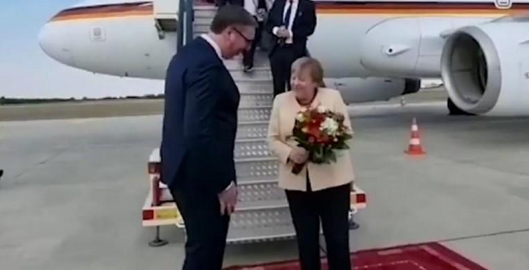Меркел пристигна во Белград, Вучиќ ја пречека со букет цвеќе