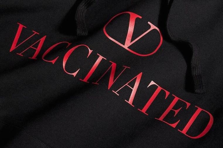 """""""Валентино"""" со нов дизајн на дуксер повикува на вакцинација – ќе ви се сврти во глава од цената на ова парче облека"""