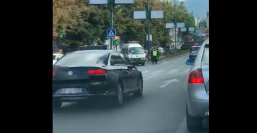 Полиција сопре возило на Брза помош за да помине Заев ?! (ВИДЕО)