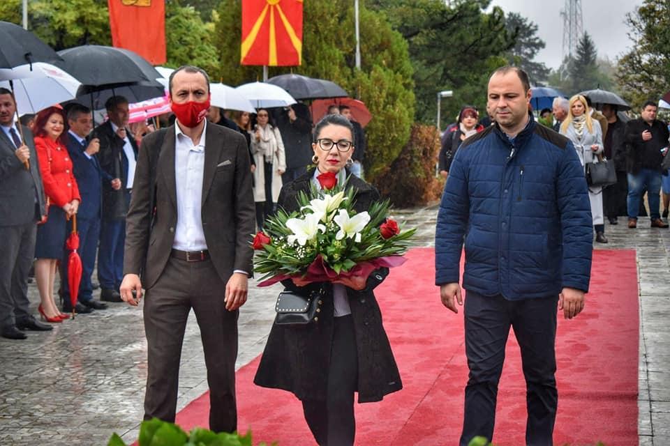 ФОТО: Мисајловски, Доцевска Божиновска и Петрушевски се поклонија пред спомениците на македонските предци