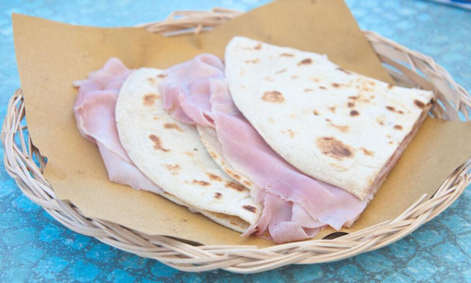 Едноставни за подготовка, а совршено вкусни: 3 состојки се доволни за највкусната ужина – тортиљи со шунка и сирење