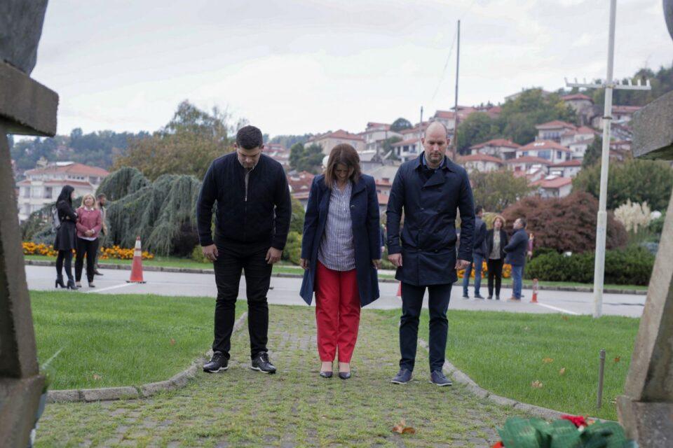 Кирил Пецаков положи цвеќе пред спомениците на македонсктие предци и упати честитка по повод денешниот празник (ФОТО)