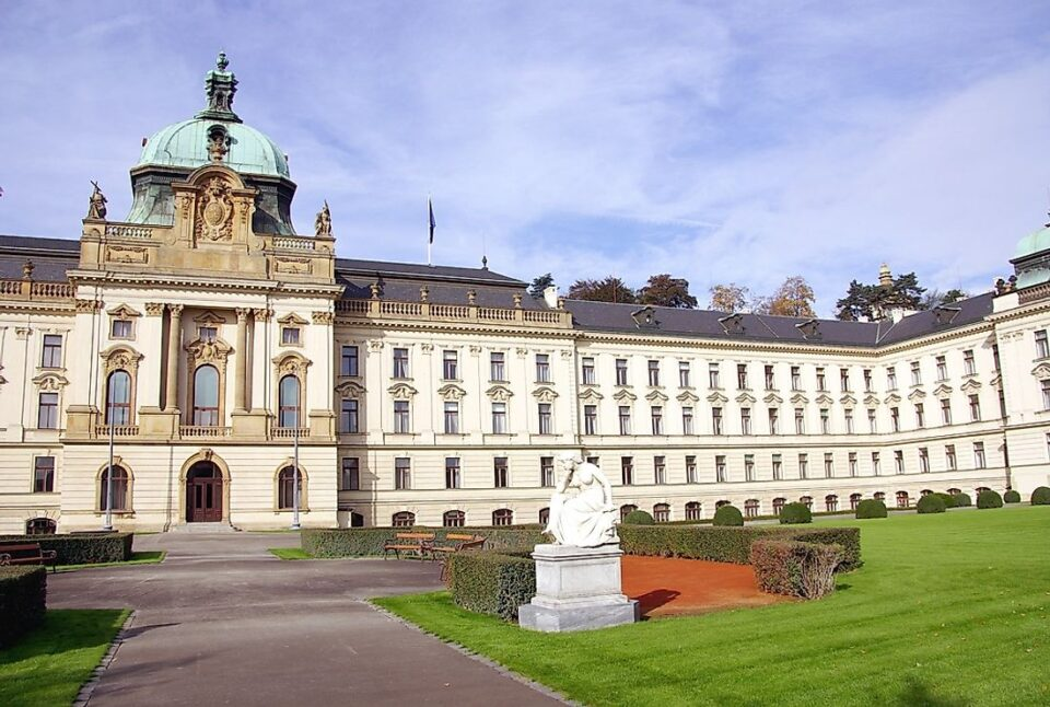 """Чешката Влада сака да ги """"замрзне"""" платите на политичарите пред изборите"""