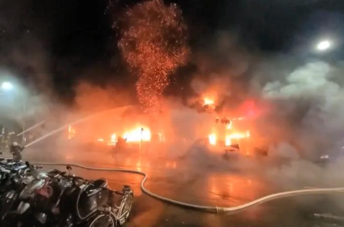 ФОТО: Најмалку 22 загинати и 52 повредени во пожар на зграда во Тајван