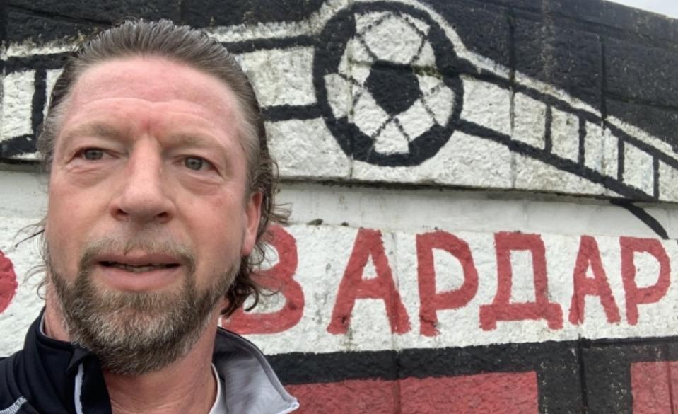 Германска фудбалска легенда позира пред графит на Вардар во Скопје
