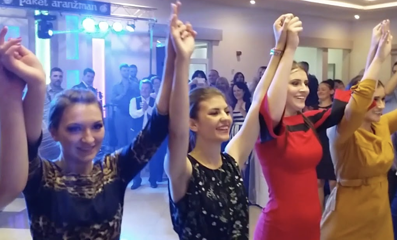 Свадбата во Младеновац која го тресе Балканот-треба да видите што прави невестата (видео)