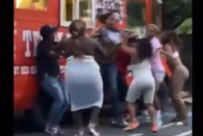 ХАОС: Кошаркарки се истепаа среде улица, едната направи голема грешка (ВИДЕО)