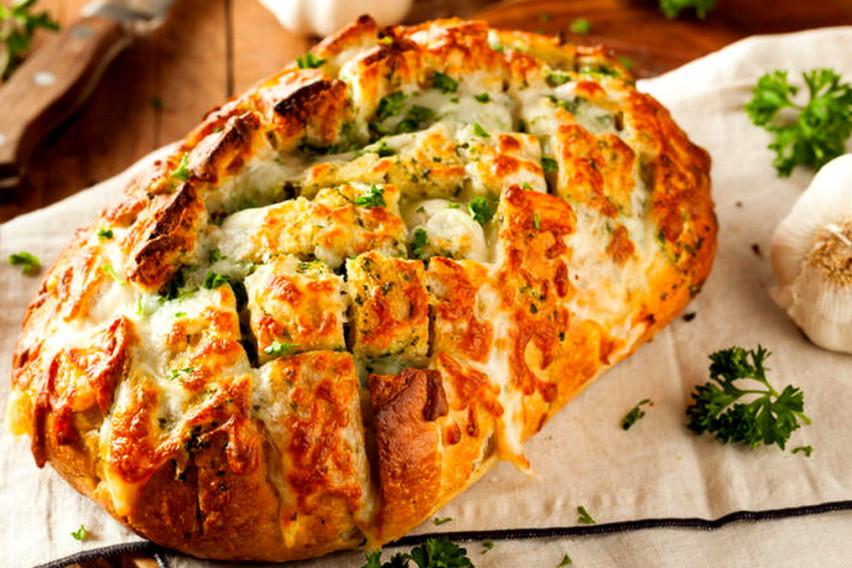 Хит рецепт на интернет: Корејски леб полнет со сирење или кашкавал кој трае со денови и има вкус за паметење
